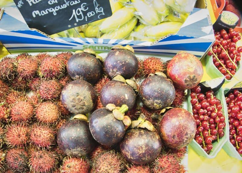 egzotyczne owoce Targowy kram z rozmaitością organicznie owoc Kolorowe owoc w rynku Jaskrawy lata tło Zdrowy obrazy stock