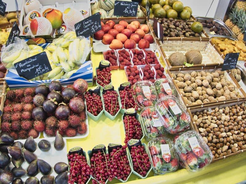 egzotyczne owoce Targowy kram z rozmaitością organicznie owoc Kolorowe owoc w rynku Jaskrawy lata tło Zdrowy zdjęcie stock