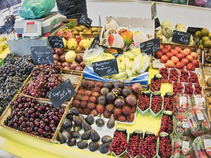 egzotyczne owoce Targowy kram z rozmaitością organicznie owoc Kolorowe owoc w rynku Jaskrawy lata tło Zdrowy zdjęcie royalty free