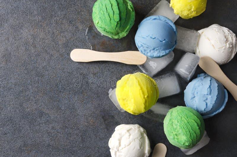 Egzotyczni rodzaje lody z kostka lodu na szarość stole, odgórny widok Niezwykli typy lody piłek zbliżenie różnorodny lody flav obraz stock