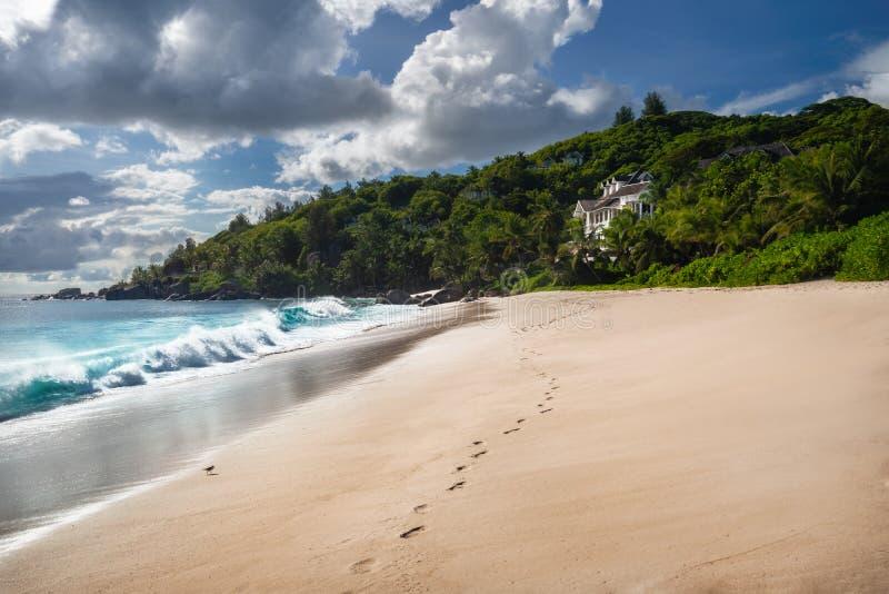 Egzotyczny tropikalny plażowy Anse Takamaka na Seychelles wyspach, Mahe Sceniczny widok z imponująco chmurami na słonecznym dniu obraz royalty free