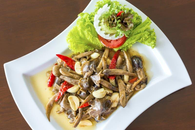 Ehedocn champinjoner som stekas med ostronsås den favorit- läckra thailändska maten fotografering för bildbyråer