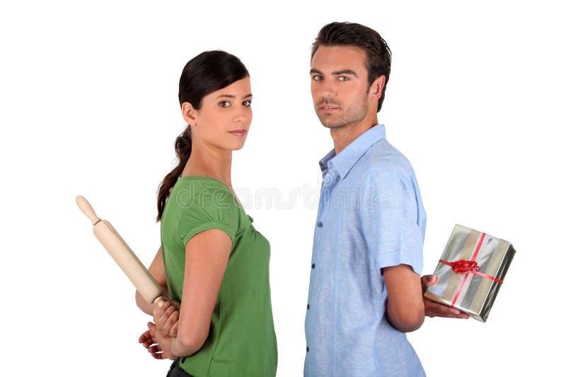 Ehemann, der bei der Frau sich entschuldigt stockbild