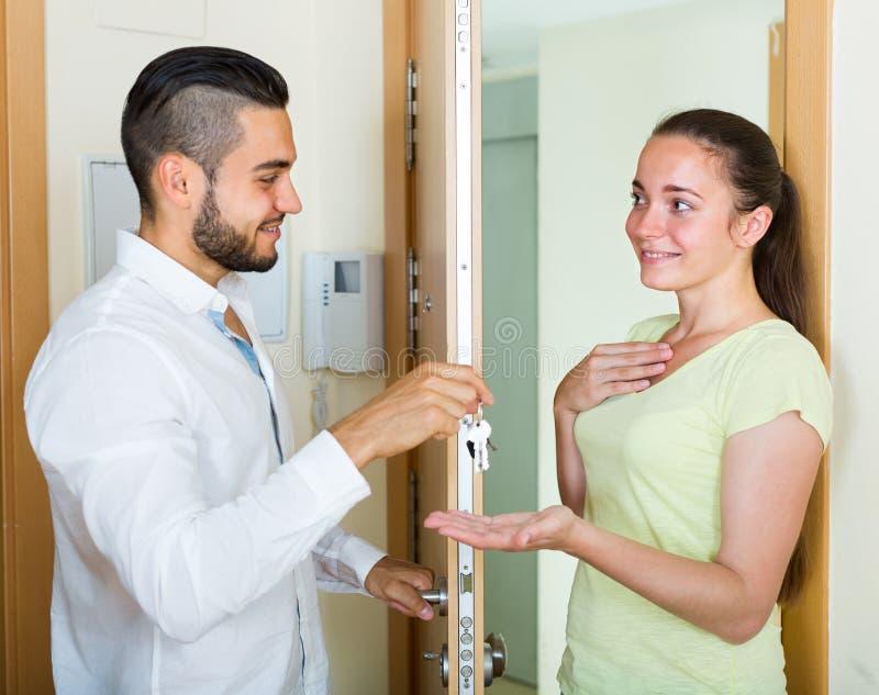 Ehemann, der die Schlüssel zur Wohnung gibt stockbilder