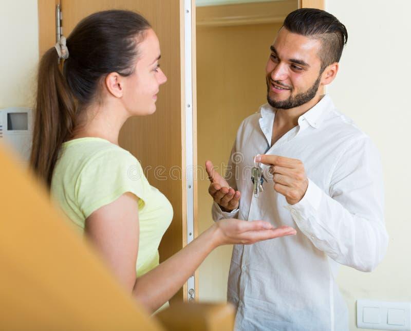 Ehemann, der die Schlüssel zur Wohnung gibt lizenzfreie stockbilder