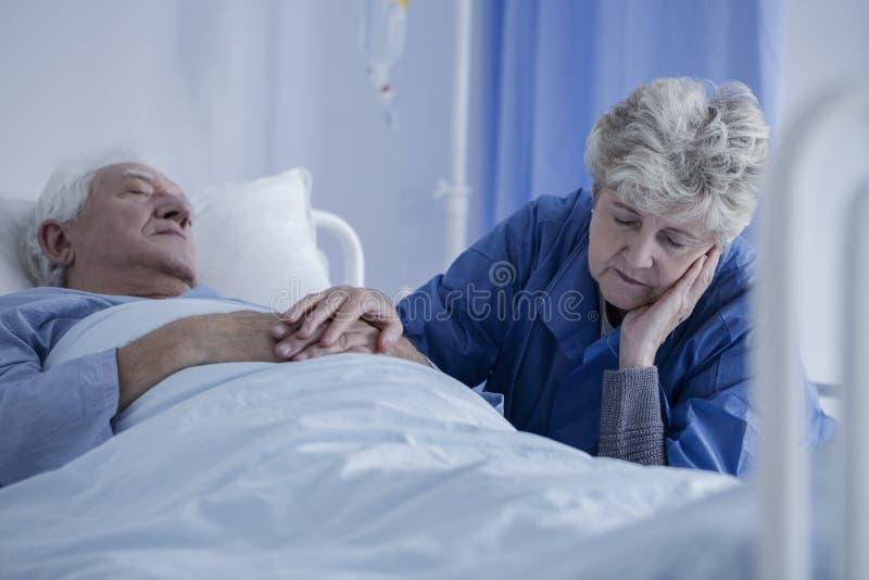 Ehemann, der von Chirurgie sich erholt stockbilder