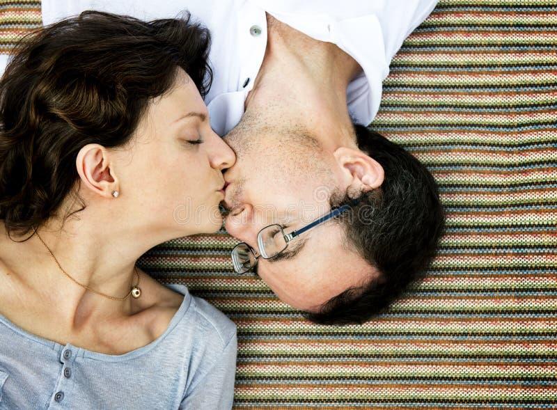 Ehemann-Frau-Kuss-Romance Lebensstil lizenzfreie stockfotos