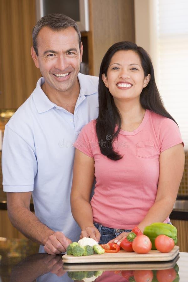 Ehemann und Frau, die Mahlzeit vorbereiten lizenzfreie stockfotos