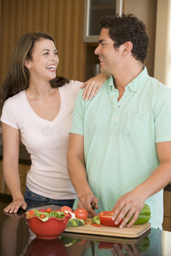 Ehemann Und Frau, Die Abendessen Vorbereiten Stockbild