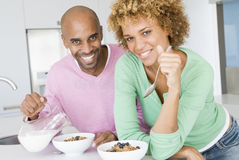 Ehemann und Frau, die zusammen Frühstück essen lizenzfreies stockbild