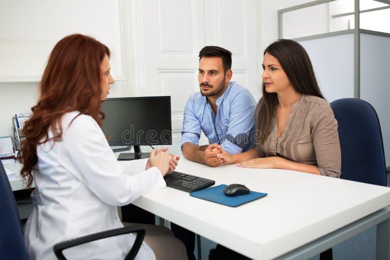 Ehemann und Frau in einer Klinik stockfoto