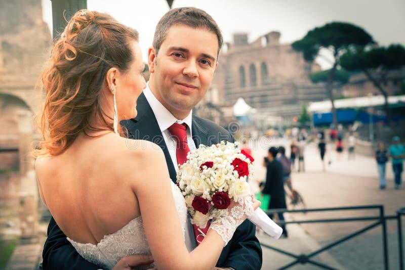Ehemann und Frau Jungvermählten in der Stadt stockfotografie
