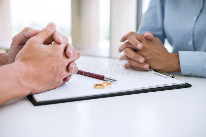 Ehemann und Frau lesen Scheidungsvereinbarung und unterzeichnende Scheidungsurteilaufl?sung oder Annullierung der Heiratarchivier lizenzfreie stockbilder