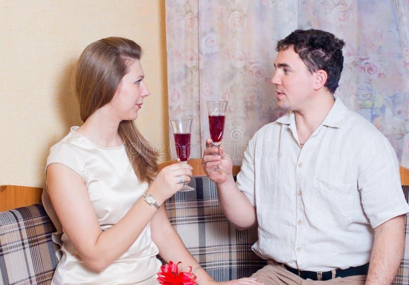 Ehemann und Frau mit Gläsern Wein lizenzfreies stockfoto