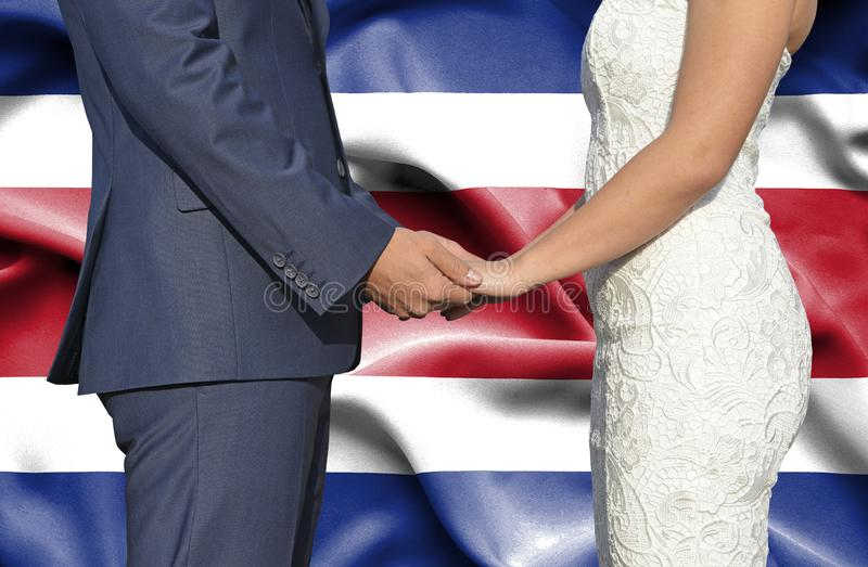 Ehemann- und Frauhändchenhalten - Begriffsphotographie der Heirat in Costa Rica lizenzfreies stockbild