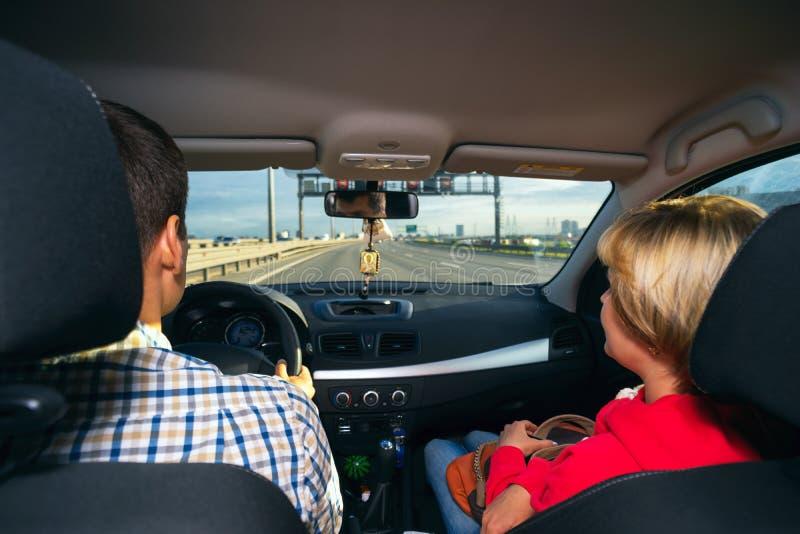 Ehemann- und Fraureitruhe im Auto an der hohen Geschwindigkeit stockfotografie
