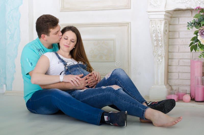 Ehemannkuß seine schwangere Frau lizenzfreie stockfotografie