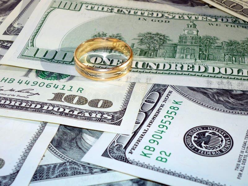 Ehering auf dem Geld stockbilder