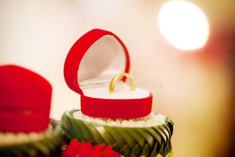 Ehering, Eheringbrautpreis Steigungineinander greifen Die Braut mit einer Blume Bild für Gegenstände und Artikel lizenzfreie stockfotografie