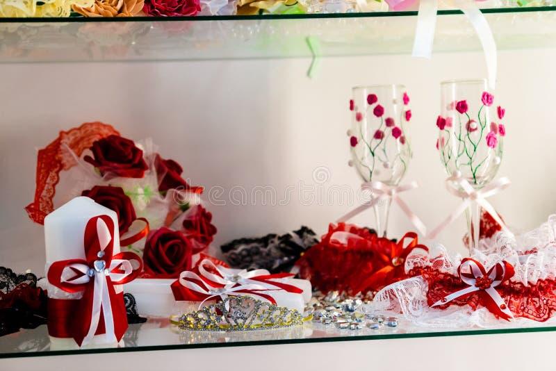 Eheringe auf dem Hintergrund des Braut ` s Zubehörs hochzeit lizenzfreie stockbilder