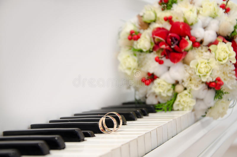 Eheringe auf dem Klavier lizenzfreie stockfotos