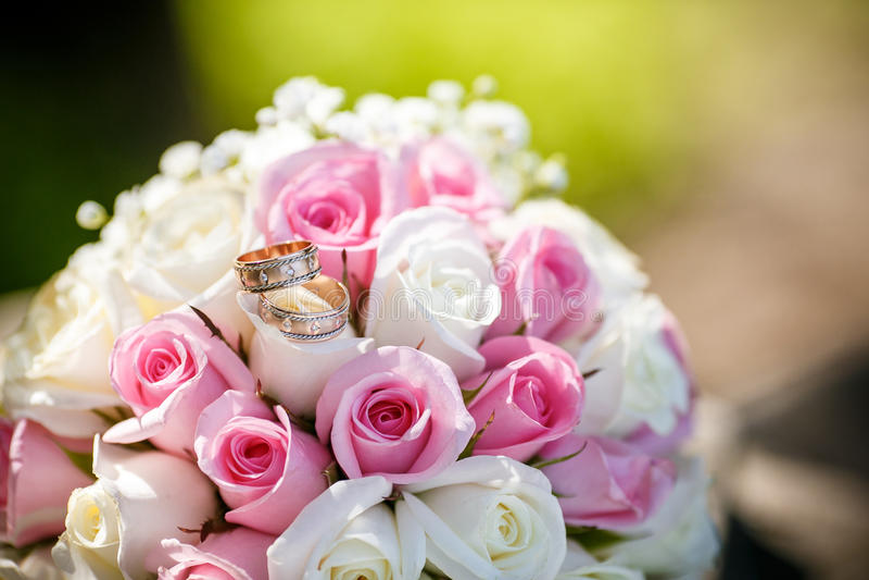 Eheringe auf Rosen blüht stockfoto