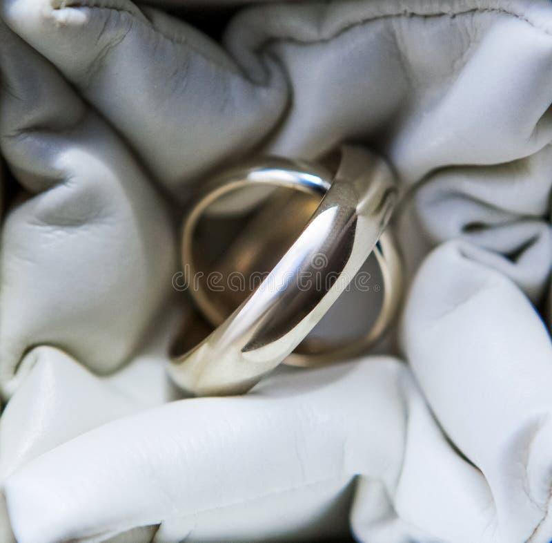 Eheringe des Weißgoldabschlusses oben, Zusätze heiratend stockfotografie