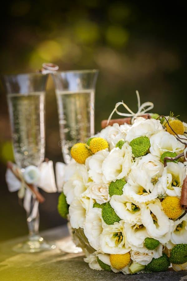 Eheringe mit Rosen und Gläsern Champagner stockbilder