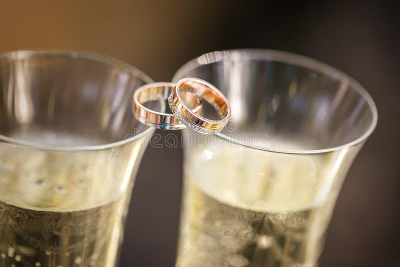 Eheringlüge auf Champagnergläsern lizenzfreies stockfoto