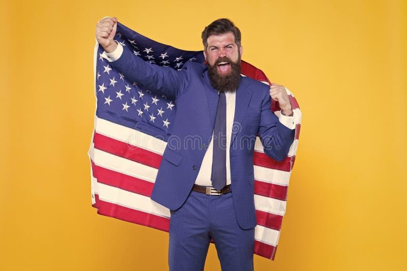 Ehre und Ruhm für mein Land Glücklicher Geschäftsmann mit alter, glorreicher amerikanischer Flagge auf gelbem Hintergrund Bartman stockbild