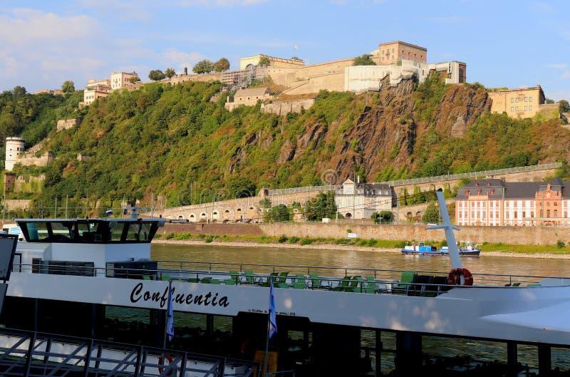 Ehrenbreitstein fästning ovanför Rhinet River i Tyskland royaltyfri fotografi