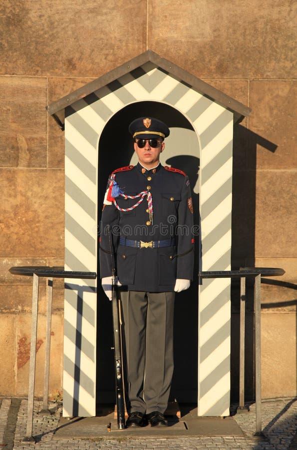 Ehrenwache nahe dem Präsidentenpalast im Prag-Schloss stockbild