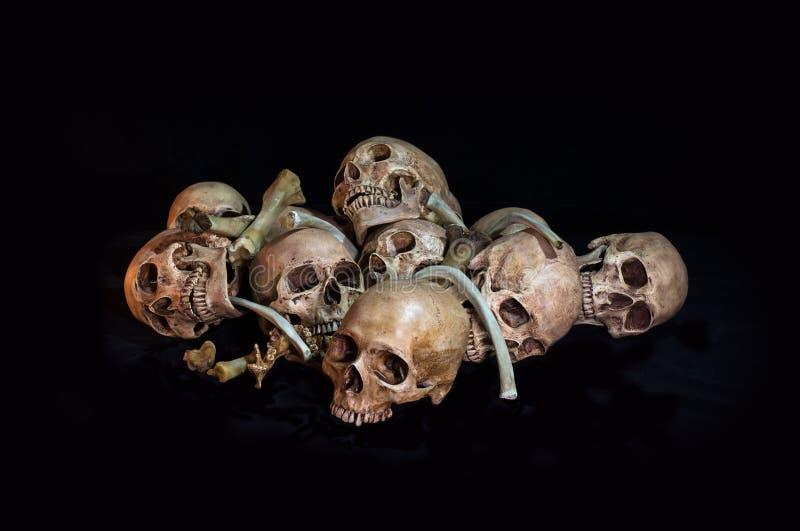 Ehrfürchtig, Stapel des Schädels und Knochen, auf schwarzem Hintergrund, stockfoto