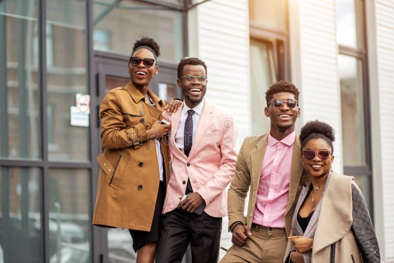 Ehrfürchtige afrikanische Leute in den dashy Ausstattungen lizenzfreie stockfotografie