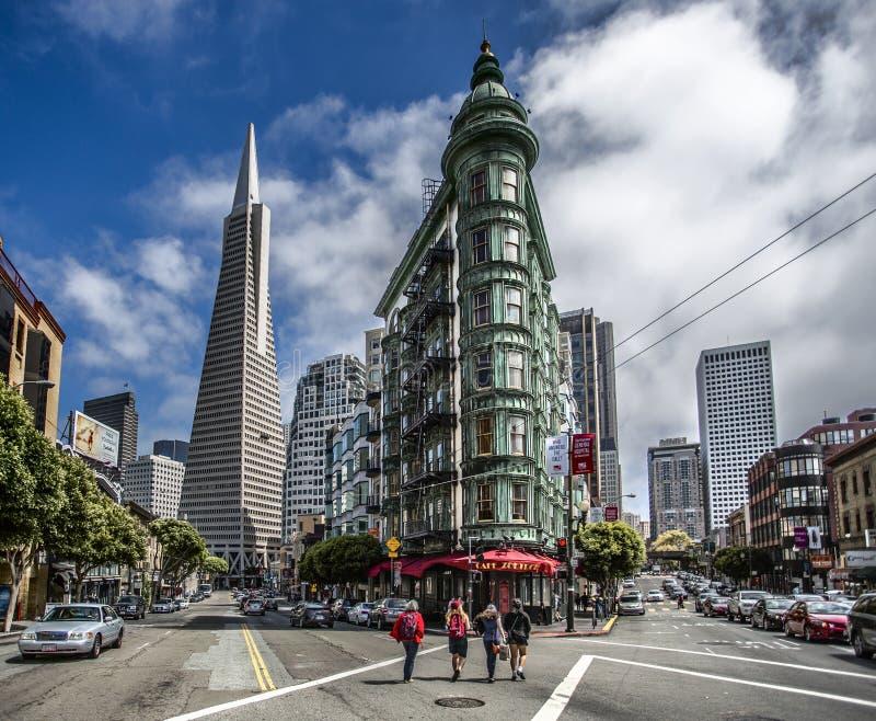 Ehrfürchtige im Stadtzentrum gelegene Gebäudeansicht San Franciscos lizenzfreie stockfotografie