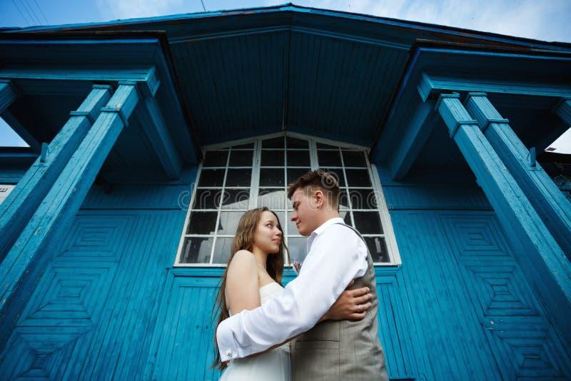 Ehrfürchtige junge Hochzeitspaarumfassung lizenzfreie stockfotos