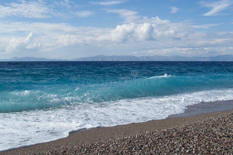 Ehrfürchtige Seeküste von Rhodos in Griechenland lizenzfreies stockbild