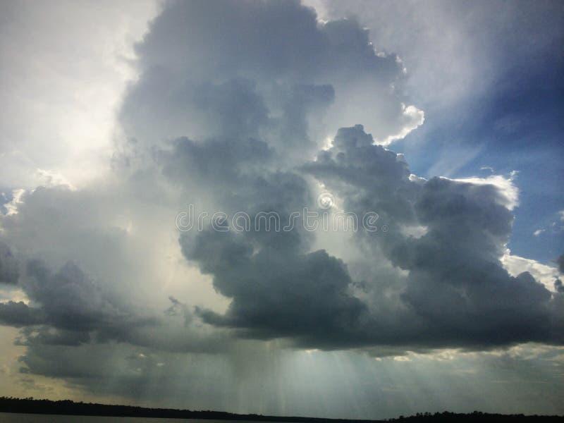 Ehrfürchtige Wolkenbildung stockbilder