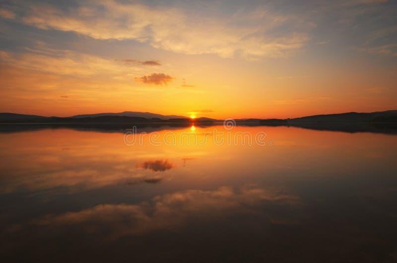 Ehrfürchtiger Sonnenuntergang am Lipno Dam See Landschaft in einem hügeligen Bereich Tschechische Republik stockfotos