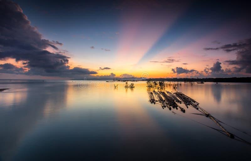 ehrfürchtiger Strahl des Lichtes und des bunten Sonnenaufgangs lizenzfreies stockfoto