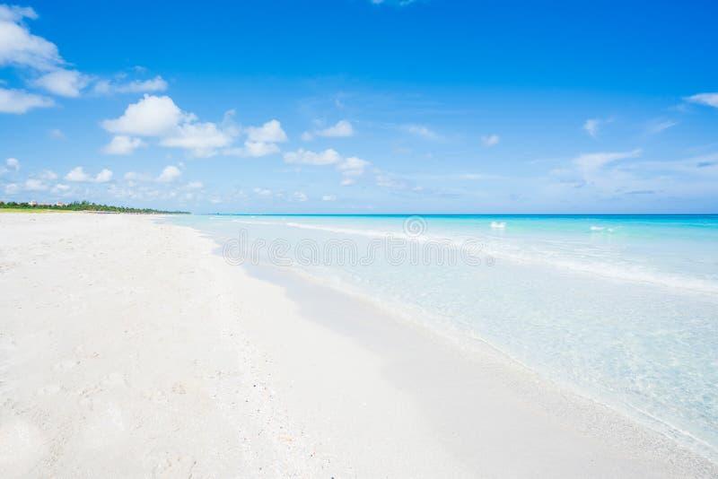 Ehrfürchtiger Strand von Varadero während eines sonnigen Tages lizenzfreie stockbilder