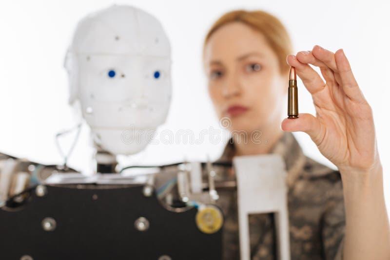 Ehrgeiziger überzeugter Offizier, der Technologie für Militärzwecke einsetzt stockfotografie