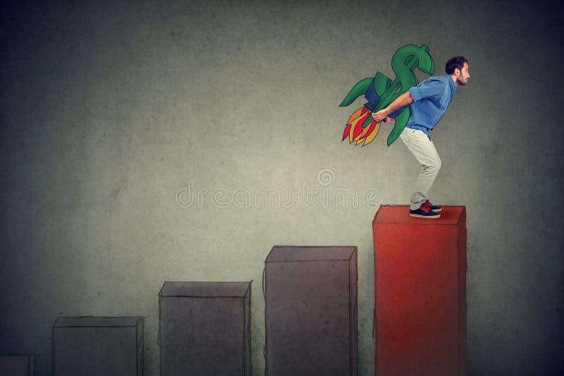 Ehrgeiziger junger Mann mit den hohen riskanten Finanzzielen, die für ein Wachstum vorangehen lizenzfreies stockbild