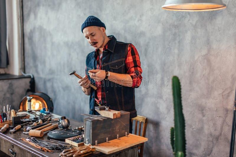 Ehrgeiziger Juwelier, der eine Aufgabe durchführt lizenzfreie stockbilder