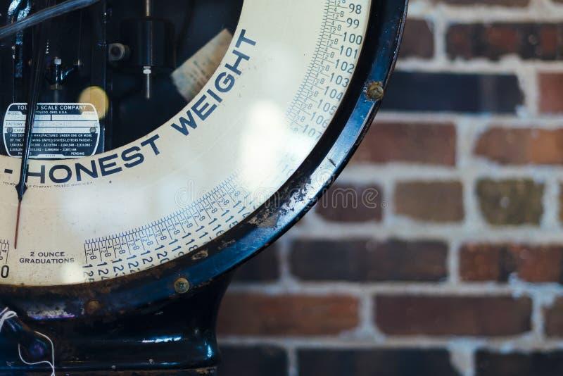 ehrlicher Gewichtstext auf einer alten Skala in Des Moines lizenzfreies stockbild