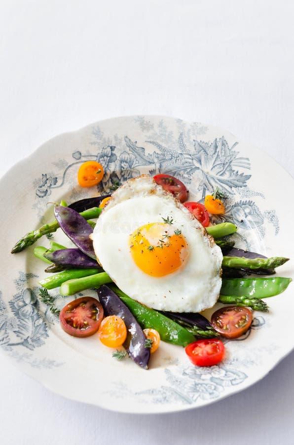 Ei auf neuer gesunder Wahl der Gemüseleichten mahlzeit lizenzfreies stockbild