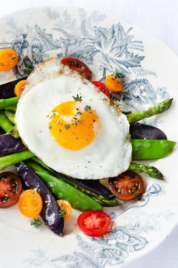 Ei auf neuer gesunder Wahl der Gemüseleichten mahlzeit stockfotografie