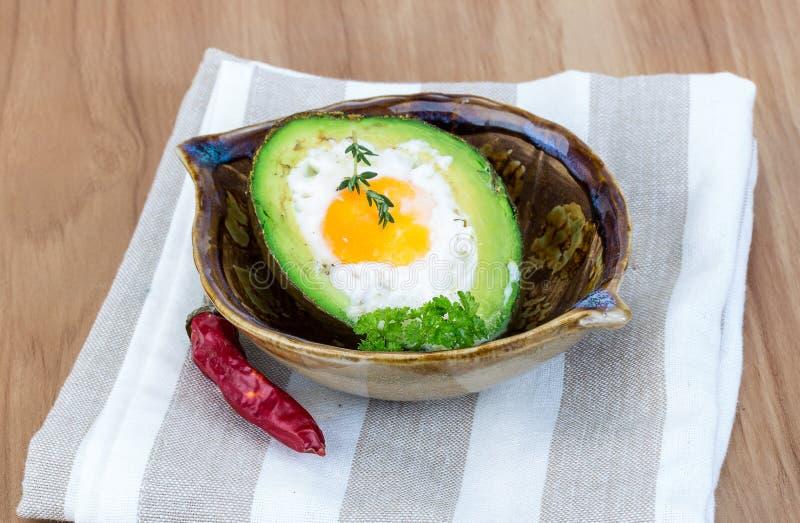 Ei in avocado wordt gesteund die royalty-vrije stock foto