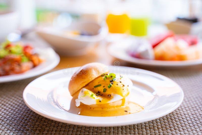 Ei Benedict met brood voor ontbijt royalty-vrije stock fotografie