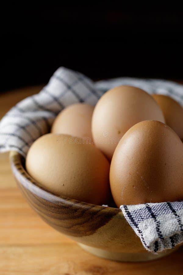 Ei binnen houten komstilleven stock afbeelding
